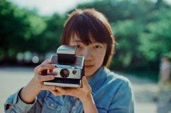 Dziewczyna trzymająca aparat fotograficzny